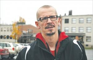 Ari-Pekka Harju työskentelee henkilökohtaisena koulunkäyntiavustajana ammatillisessa oppilaitoksessa. Hänen tehtävänsä on huolehtia siitä, että avustettavan arki koulussa sujuu. (kuva: Sirpa Taskinen)