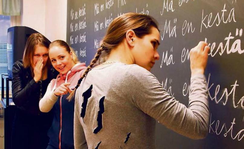 Kurmootus-näytelmässä Tanja Huuskonen (vas.), Juulia Soidinaho ja Venla Korja asettuvat koulukiusatun asemaan - kuva: Jasmiina Soidinaho