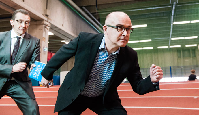 Liike ei pysähdy, kun OAJ:n edunvalvonnan viestikapula siirtyi Juha Jäskeltä Petri Lindroosille.