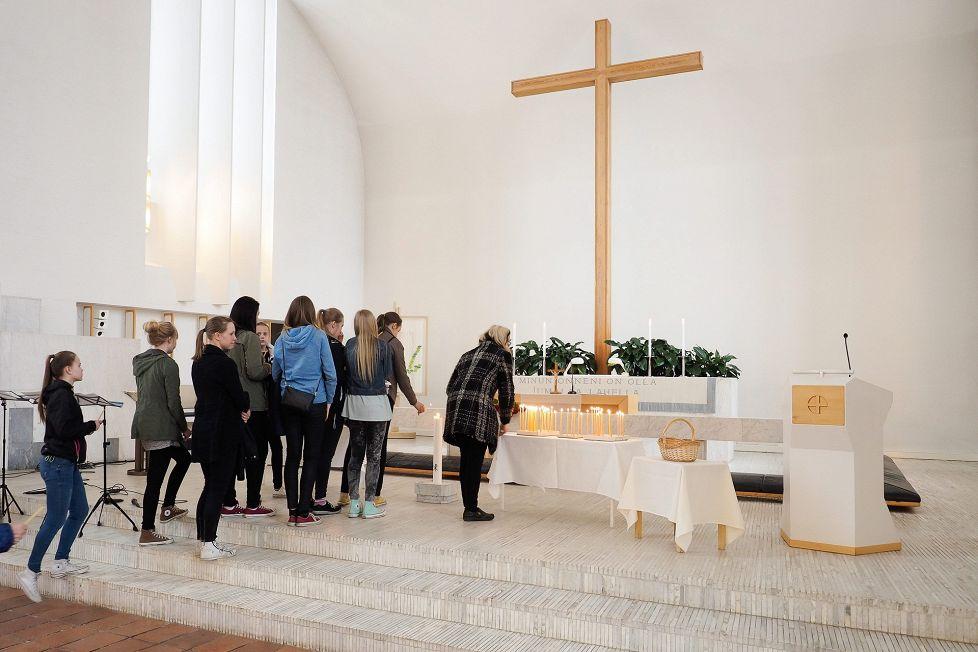 Henkirikoksen uhriksi joutunutta koululaistyttöä muisteltiin hartaustilaisuudessa keskiviikkona. (KUVA: Timo Aalto)