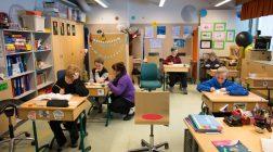 (27.3.2017) Kuulosuojaimet päähän, matematiikan kirja auki: 10-vuotias Veeti saa apua pienryhmästä